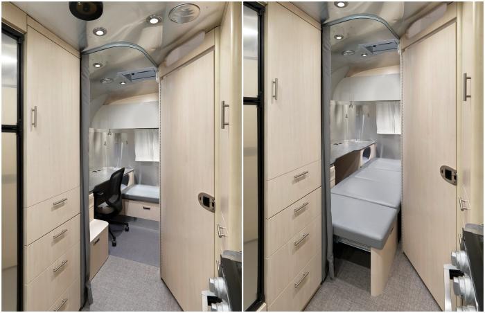 Домашний офис легко превращается в спальню для одного человека (Airstream Flying Cloud 30FB Office).