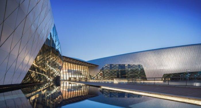 Алюминиевый фасад с огромными окнами, отражаясь в водах залива, создает особую атмосферу (The National Maritime Museum of China, Тяньцзинь). | Фото: fundesign.tv.
