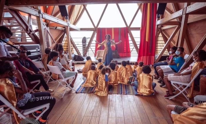 Внутри павильонов отведено место для интересных мероприятий и для малышей (Mansa Floating Hub, Кабо-Верде).   Фото: mansafloatinghub.com.