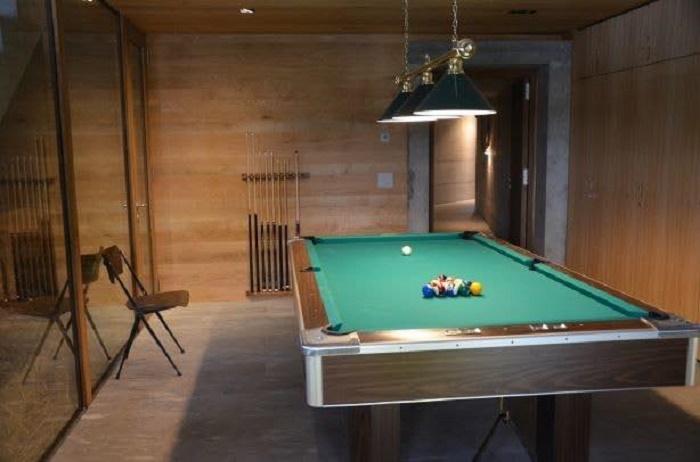 В резиденции имеется и нижний уровень, где обустроены бильярдная и сауна. (Villa Vals, Швейцария).   Фото: onekindesign.com.