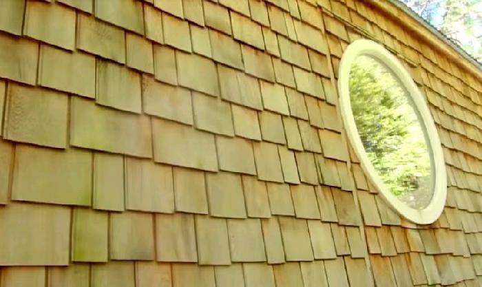 Наружный фасад дома обшит кедровой черепицей.