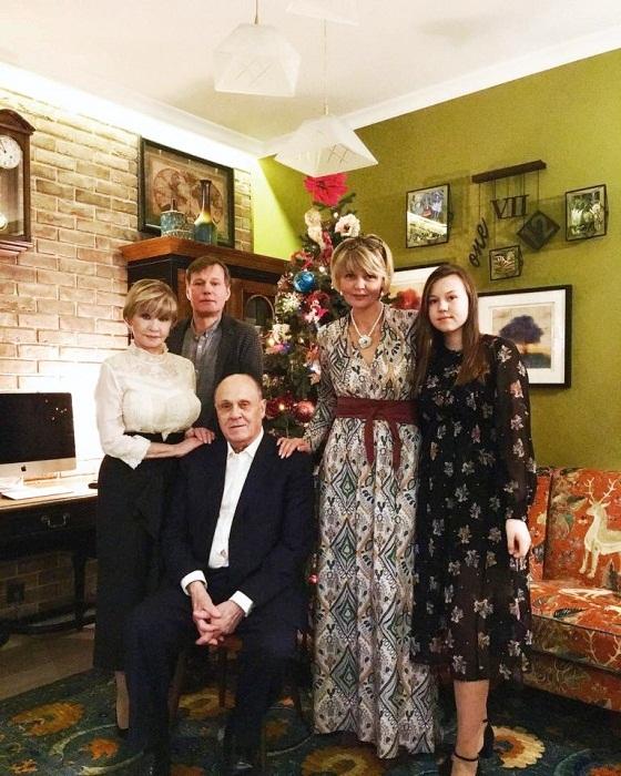 Звездное семейство в сборе в квартире после ремонта (Юлия Меньшова со своей знаменитой семьей).