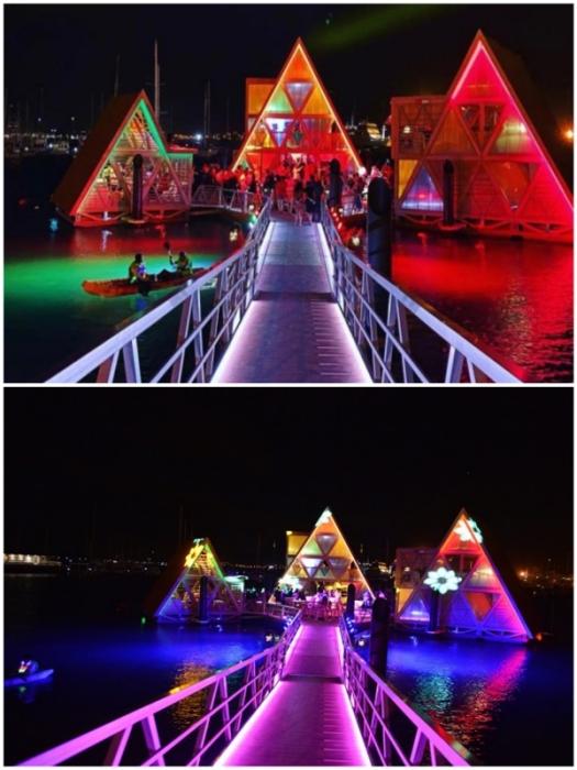 В темное время суток Плавучая музыкальная платформа превращается в особенный арт-объект (Mansa Floating Hub, Кабо-Верде).