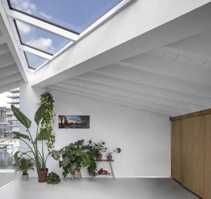 Атриум в доме обеспечит дополнительное освещение и позволит любоваться звездным небом (Schoonschip, Нидерланды). | Фото: archdaily.com.