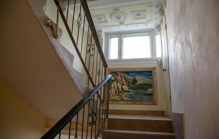 Поднимаясь по такой лестнице, торопиться не хочется.