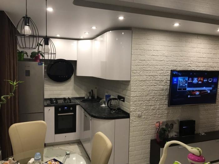 Кухня получилась небольшая с открытой планировкой. | Фото: remont-belgorod.ru.