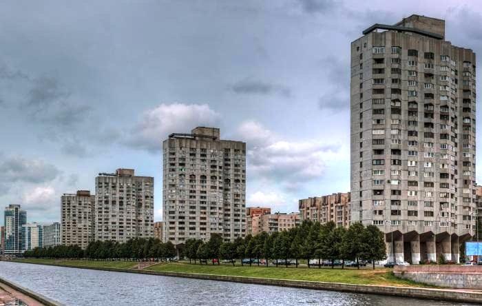В общей архитектуре города дома «многоножки» смотрятся даже эффектно (Новосмоленская набережная, Санкт-Петербург). | Фото: wikimapia.org
