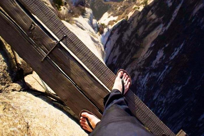 «Тропа смерти», ведущая над пропастью к монастырю (Гора Хуашань, Китай).