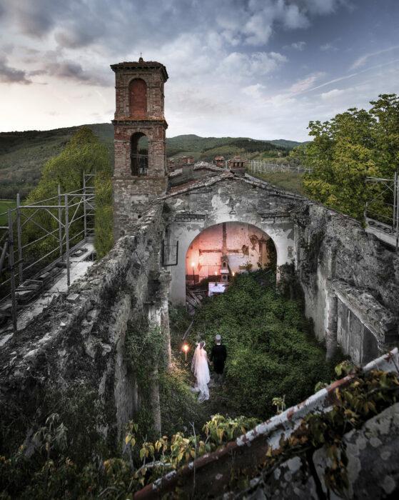 Молодоженов привлекает аутентичная часовня, в которой сохранился старинный дух (Castello Di Reschio, Италия).