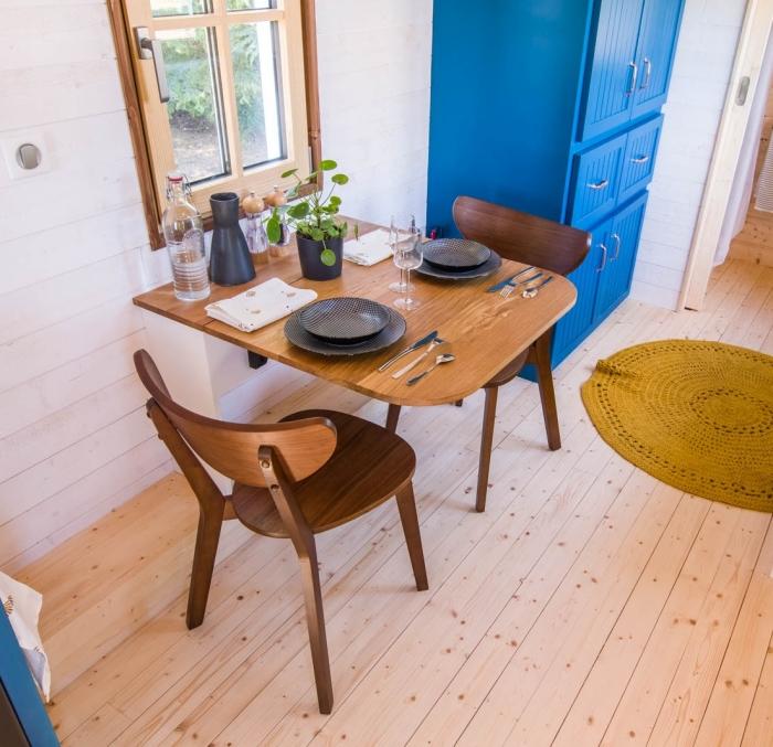 С помощью откидного стола можно организовать столовую или рабочую зону (Solaris).   Фото: tinyhouse-baluchon.fr.