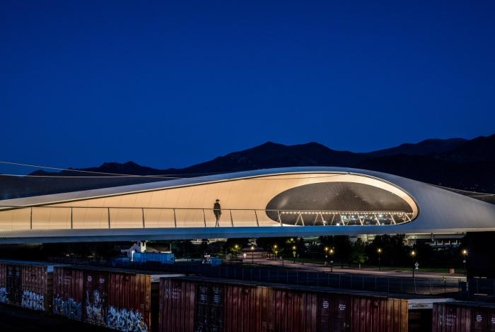 Мост превратился в культурно-общественную зону, куда можно прийти на обзорную экскурсию или прогулку (Park Union Bridge, Колорадо-Спрингс). | Фото: arquitecturaviva.com.
