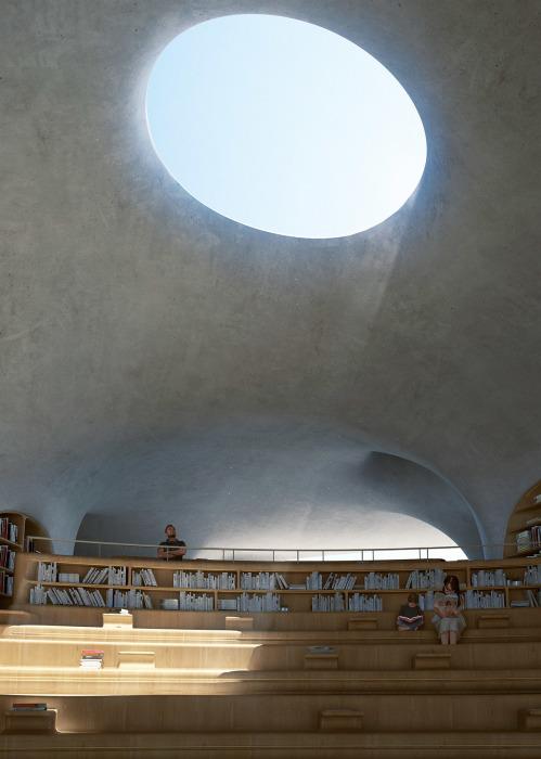 Самый большой читальный зал будет иметь форму амфитеатра (концепт «Wormhole Library», Хайкоу). | Фото: worldarchitecture.org/ © MAD Architects.