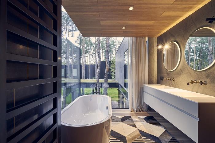 Спа-зона расположена у панорамного окна первого этажа (Circle Wood, Польша). | Фото: baoxaydung.com.vn.