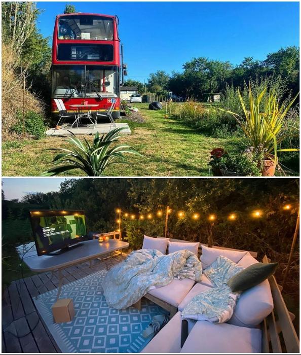 Возле необычного дома влюбленные организовали зону отдыха и небольшой сад.