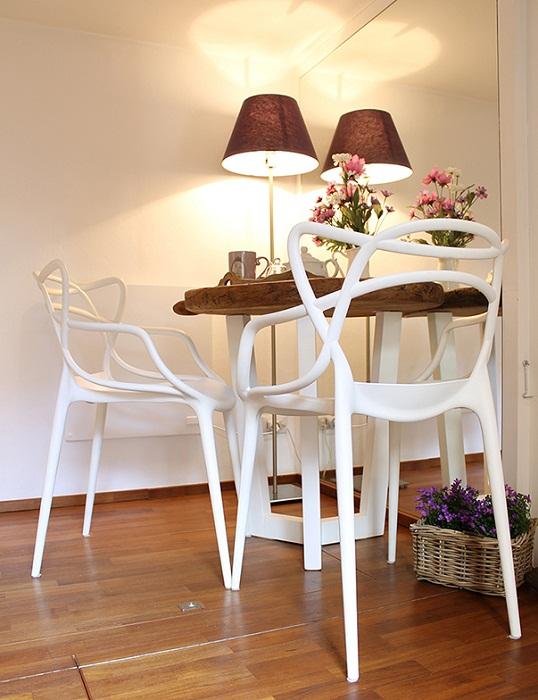 Французский столовый гарнитур, эксклюзивная настольная лампа и нежный букет цветов, очень гармонично вписывается в общий интерьер.