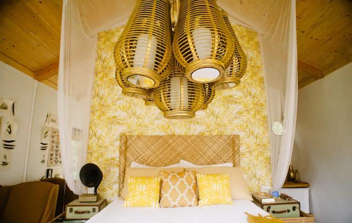 Спальня в домике на сваях, расположенном тропическом лесу (Гавайи).