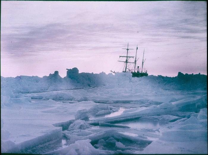 Судно исследователей, прибывших покорять Южный полюс.