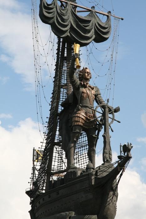 Общая высота памятника достигает 98 метров, высота фигуры Петра – 18 м (Москва). | Фото: liveinternet.ru.