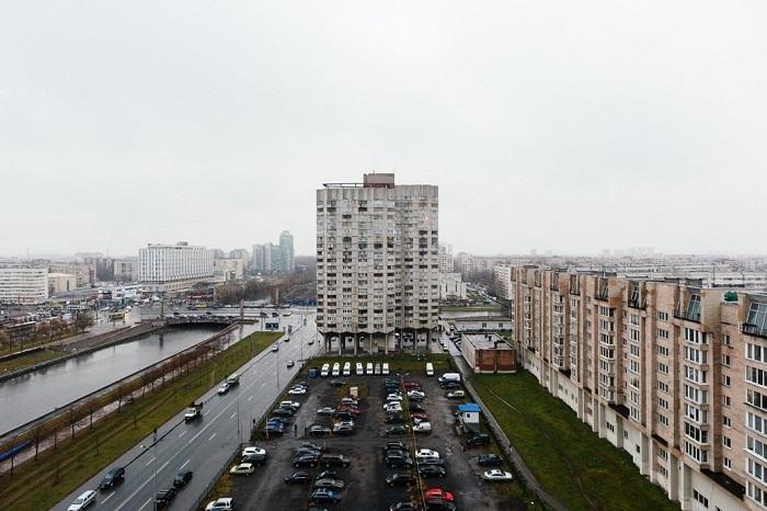 Автомобильная магистраль отделяет дома «многоножки» от реки Смоленки. | Фото: masterokblog.ru.