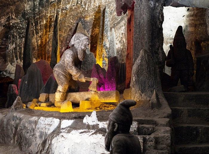 Фигурки соляных гномов встречают гостей шахты (Величка, Польша).