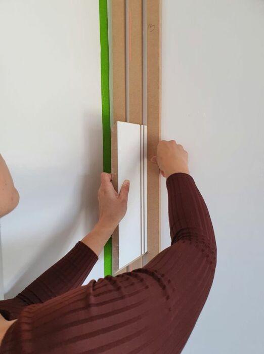 Для того чтобы сделать одинаковый зазор между рейками, можно использовать нужной ширины доску. | Фото: hertfordshiremercury.co.uk.