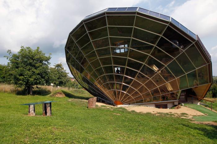 Невероятной формы Heliodome расположен в живописном месте недалеко от Страсбурга (Франция). | Фото: blog.eero.com.