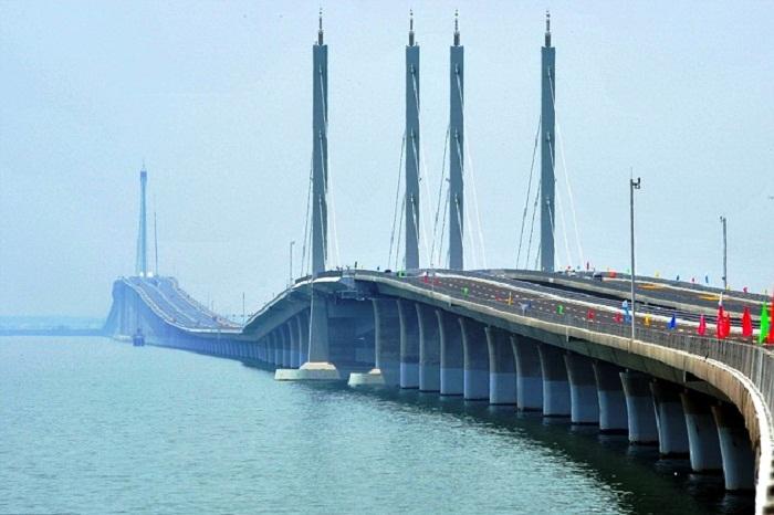 Циндаоский мост через морской залив Цзяочжоу (Китай).