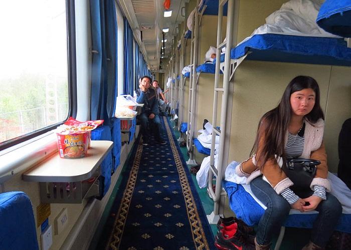 В спальных вагонах вместо боковых полок установили откидные кресла и столики (Китай).