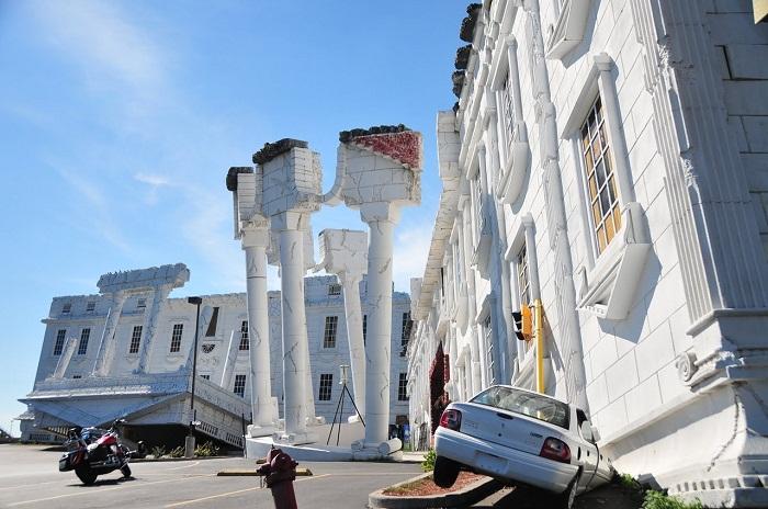 Перевернутые полуразрушенные колонны и белоснежный портик необычного дома в Висконсин Деллс (США).