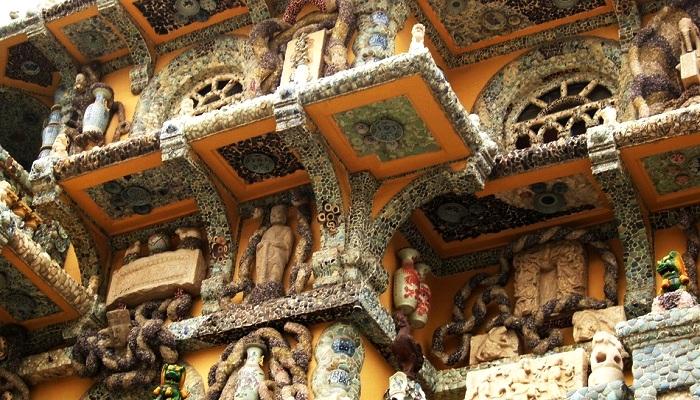 Каждый элемент фасада был украшен мозаикой, антикварными вазами и статуями (China Porcelain House).