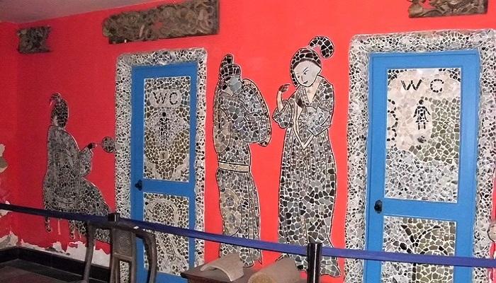 Необычной мозаикой оформлены стены и двери Фарфорового дома.