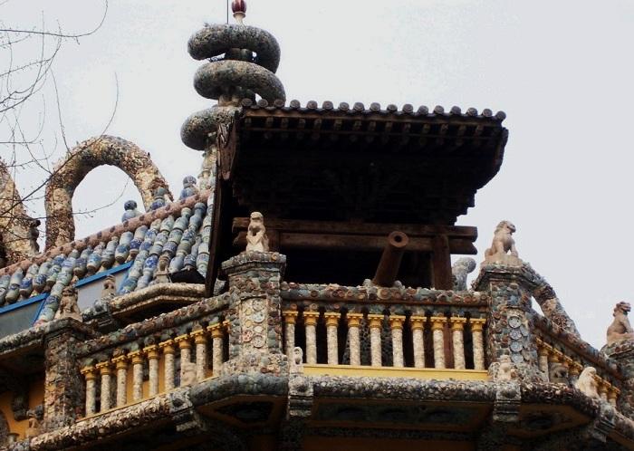 Фасад Фарфорового дома обвивают четыре огромных дракона (Tianjin, Китай).