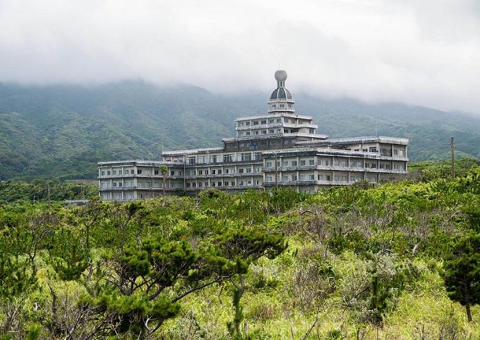 Отель Hachijo Royal Hotel на острове Хатидзедзима стоит заброшен более 10 лет (Япония). | Фото: <br>ralphmirebs.livejournal.com.