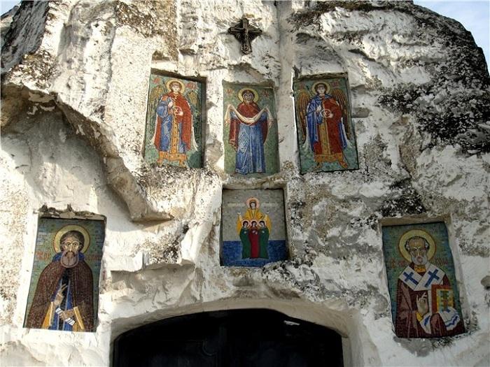 Вход украшен наскальными иконами (Костомаровский женский монастырь, Россия).