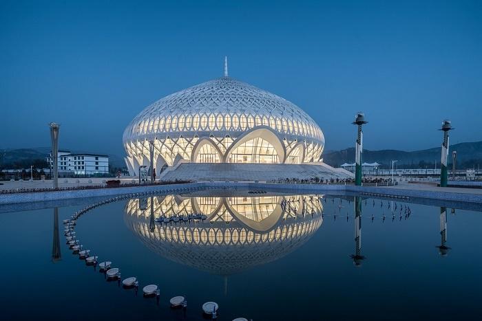 В Китае появился театр, резной купол которого напоминает Великую мечеть Омана