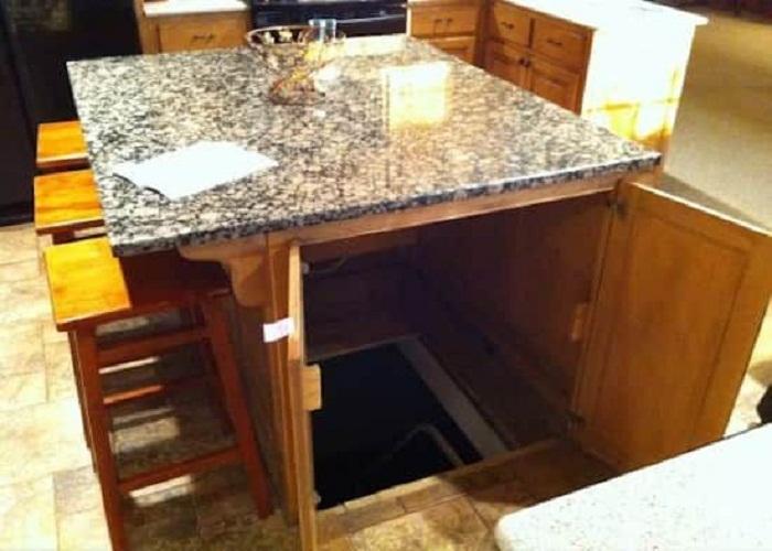 Вход в подвал можно организовать и под столом.
