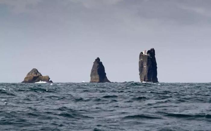 Несмотря на то, что маяк Thridrangar расположен всего в 7 км от берега, на него попасть не так-то просто. | Фото: ahhsxcjt.com.