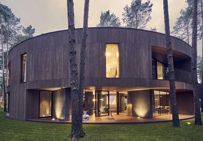 На лесной поляне в Национальном парке Кампинос появился круглый дом, похожий на гигантский пень (Изабелин, Польша). | Фото: dobrewiadomosci.net.pl.