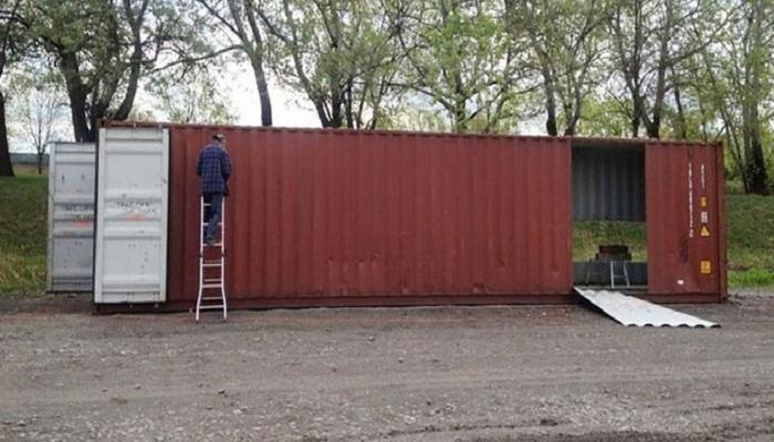 Клоди удалось найти мастеров, которые согласились сделать проемы в стенах контейнеров. | Фото: slavikap.livejournal.com.