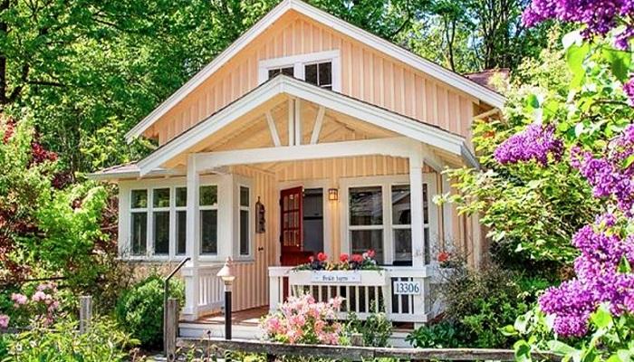 Фасад домика сделан из дерева и оформлен в светло-кремовой цветовой гамме (коттедж Kvale Hytte, США). | Фото: oddlife.ru.