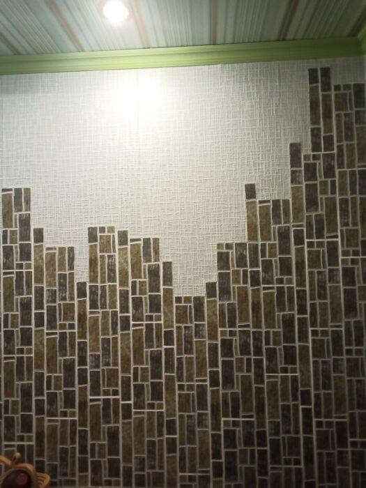 Несмотря на разную ширину пространства между отрезками плитки, в общем панно получилось довольно оригинальным. | Фото: lemurov.net.