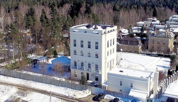 Белоснежный коттедж в элитном поселке Стольное.
