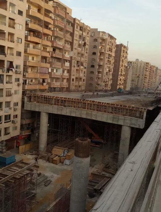 Не все жилые кварталы были готовы к тому, чтобы между домами втиснулась магистраль шириной 65,5 м («Teraet Al-Zomor Bridge», Египет). | Фото: realt.onliner.by.