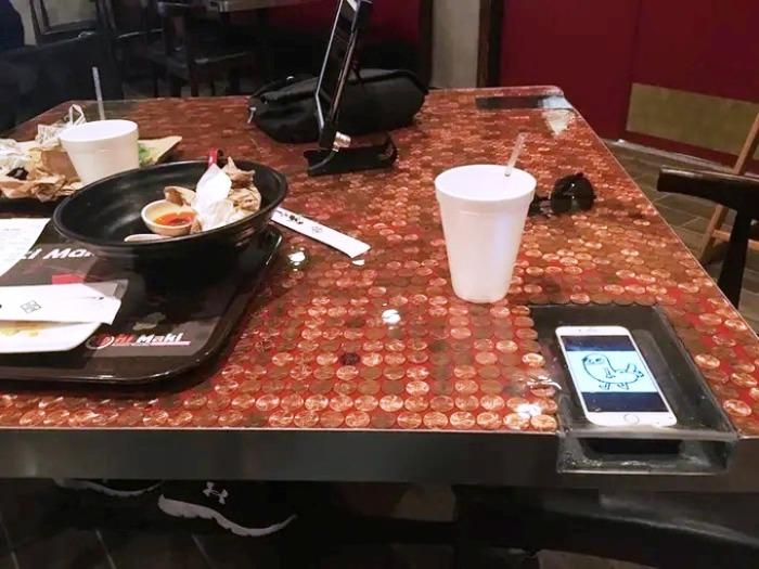 Некоторые фаст-фуды внедряют полезные функции, которые помогают уберечь мобильный телефон от попадания на него жидкостей. | Фото: cpykami.ru.