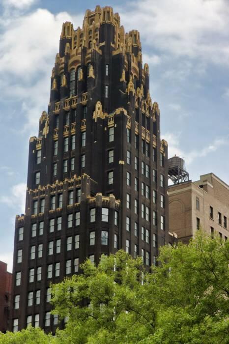 Bryant Park Hotel – одно из самых узнаваемых сооружений в стиле ар-деко на Манхэттене (Нью-Йорк, США).