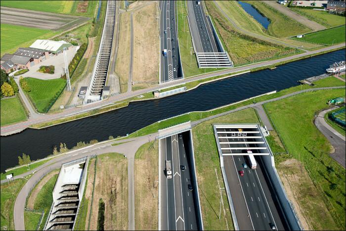 Акведук Ringvaart Haarlemmermeer проходит над оживленной трассой и новой веткой высокоскоростной железной дороги (Нидерланды).