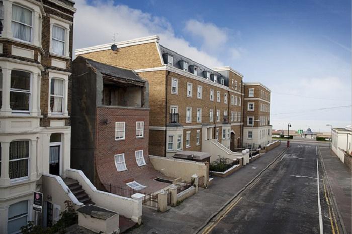«Сползающий» фасад полуразрушенного дома стал местной достопримечательностью (арт-объект, Магрит). | Фото: padmayogini.blogspot.com.