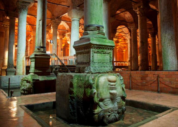 Basilica Cistern – самая уникальная и таинственная достопримечательность, доставшаяся Стамбулу от искусных византийских зодчих (Турция). | Фото: havecamerawilltravel.com.