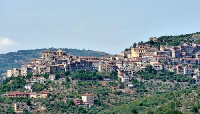 Итальянский городок Маэнца расположен на живописных холмах. | Фото: comunedimaenza.it.