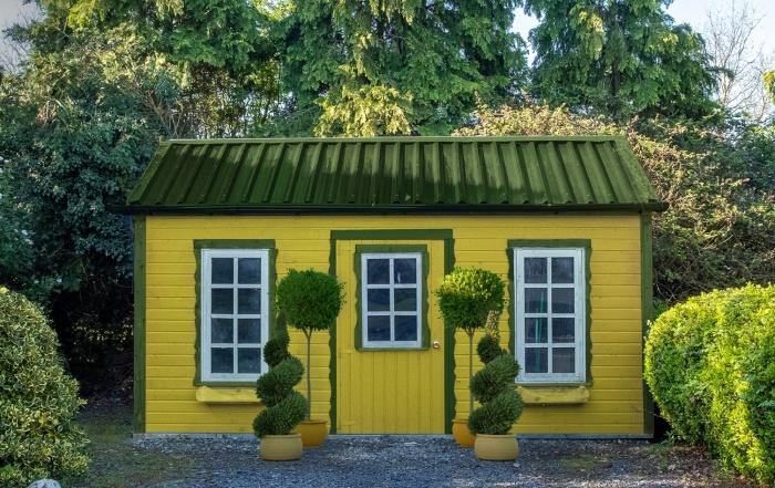 Такой очаровательный садовый домик под названием Office in Clyvedon Castle понравится ценителям роскоши.   Фото: apartmenttherapy.com.
